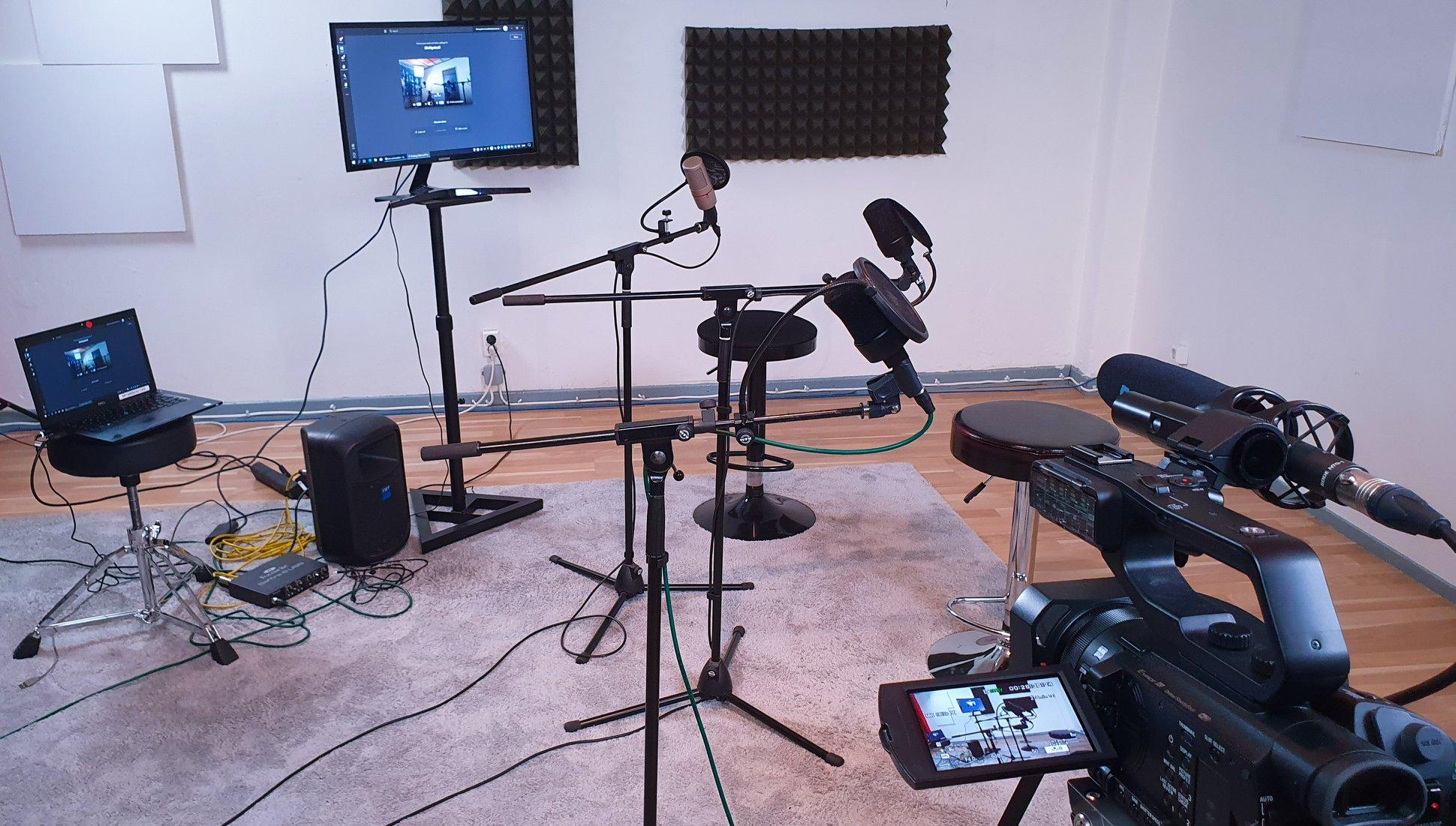 Podcastin valmistelua Pulu Studiolla - tarvittaessa etäyhteyden takaa saadaan vieraat mukaan videoyhteydellä.